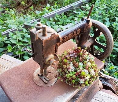 画像2: 古いミシン(ディスプレー)+鉄の糸巻