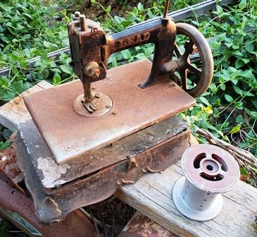 古いミシンと糸巻のセットです