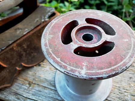 画像4: 古いミシン(ディスプレー)+鉄の糸巻